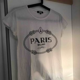 Fin vit tshirt från Bik Bok. Passar bra till allt!! Storlek XS men passar lika bra till S.