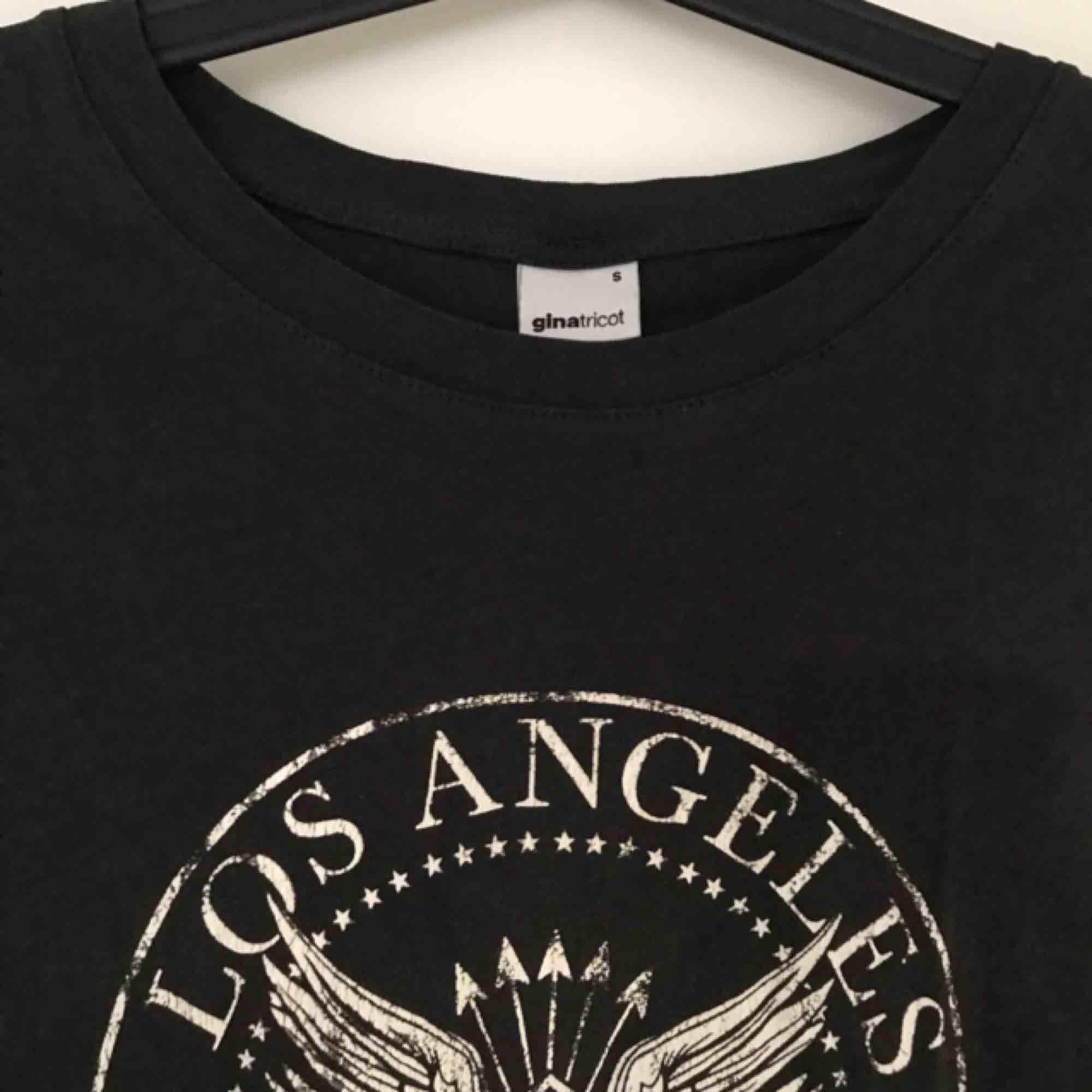 Mörkgrå tshirt med rockigt tryck i fram. Snygg till allt!. T-shirts.