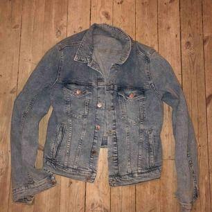 En ljustvättad jeansjacka köpt på humana för 400kr, använd ca 10 gånger max. Bra skick!