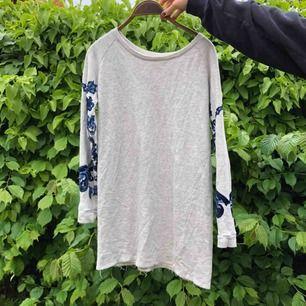 En kär vän<3 säljer min kära collagetröje-klänning från Zara! Perfekt för sommarkvällar med fin brodyr längs ärmarna🦋 Frakt tillkommer💌