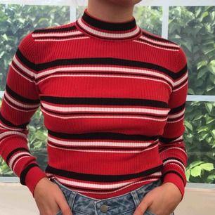 Färgglad kort tröja med halv polokrage! ❤️🖤 Från H&M Divided! (Säljer även kjolen🌹) Frakt tillkommer💌