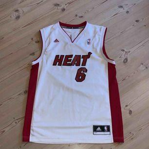 Miami heat - Lebron James linne köpt på footlocker, sparsamt använd