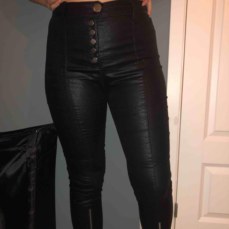 Svart läderimitation, bra skick, använd 2 gånger. Jeans & Byxor.