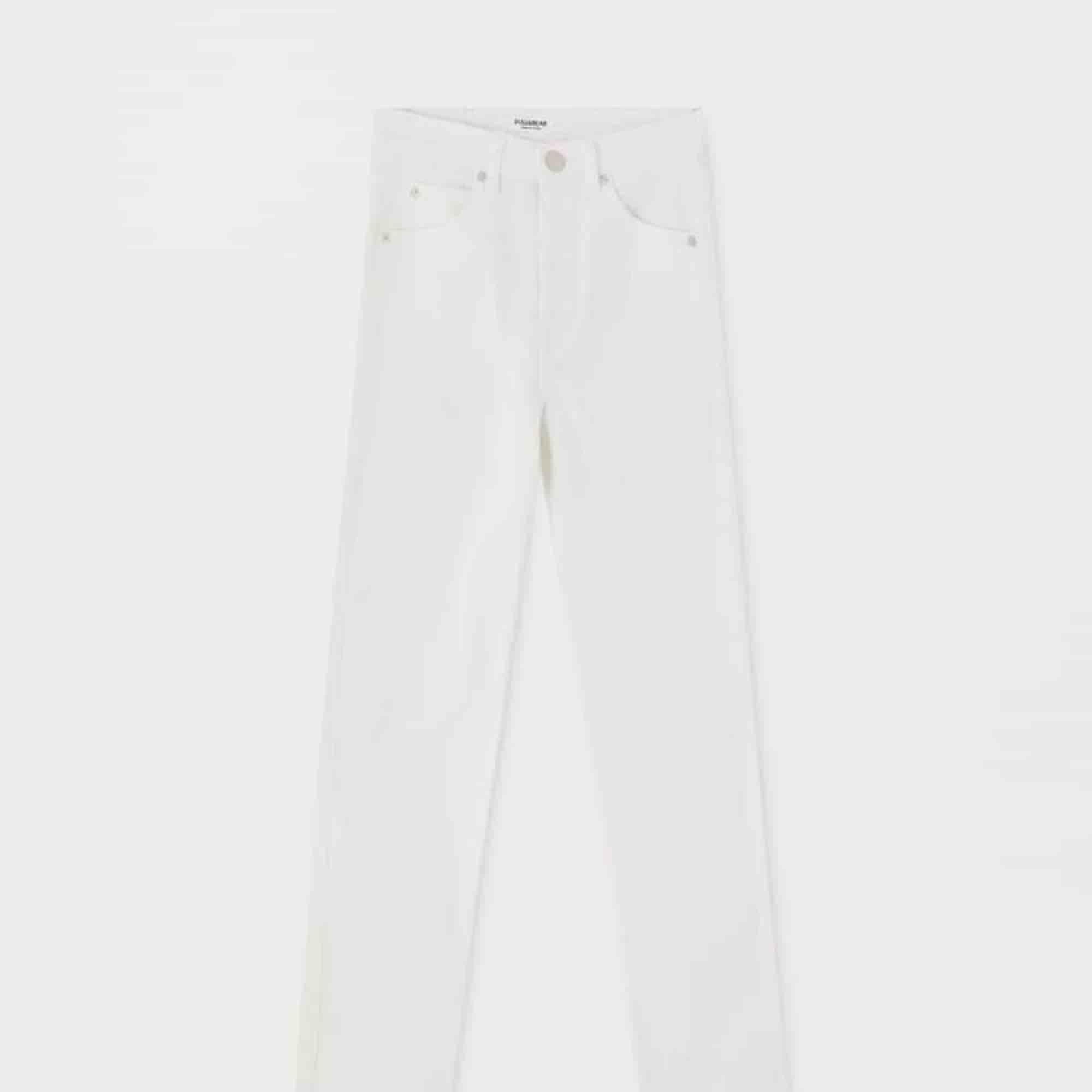Skit snygga mom jeans från pull & bear. Helt nya, endast testade!! Kontakta mig om du är intresserad så kan du få bilder på jeansen. Bilderna jag lägger upp här får konstiga märken på den automatiskt. . Jeans & Byxor.