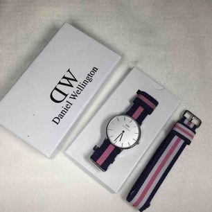 Säljer en Daniel Wellington klocka som tyvärr inte kommer till användning! Två klockarmband ingår.