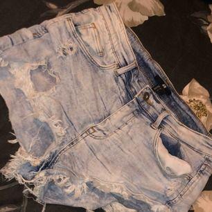 Jeans shorts, blåa men slitningar