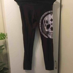 :) Hej varmt välkommen jag säljer här ett par underbara leggings  från H&M DIVIDED  postar endast allt jag säljer eftersom jag helt enkelt inte har tid till att mötas upp. Betalning sker via swish. I priset ingår såklart frakten :)
