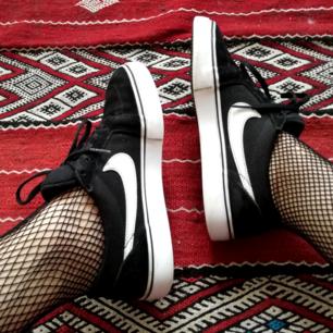 Nike AB skor i Vans stil. Stl 38.5 så passar perfekt på mig som har stl 38. Så snygga passar till allt!! Frakt 63 kr ä.