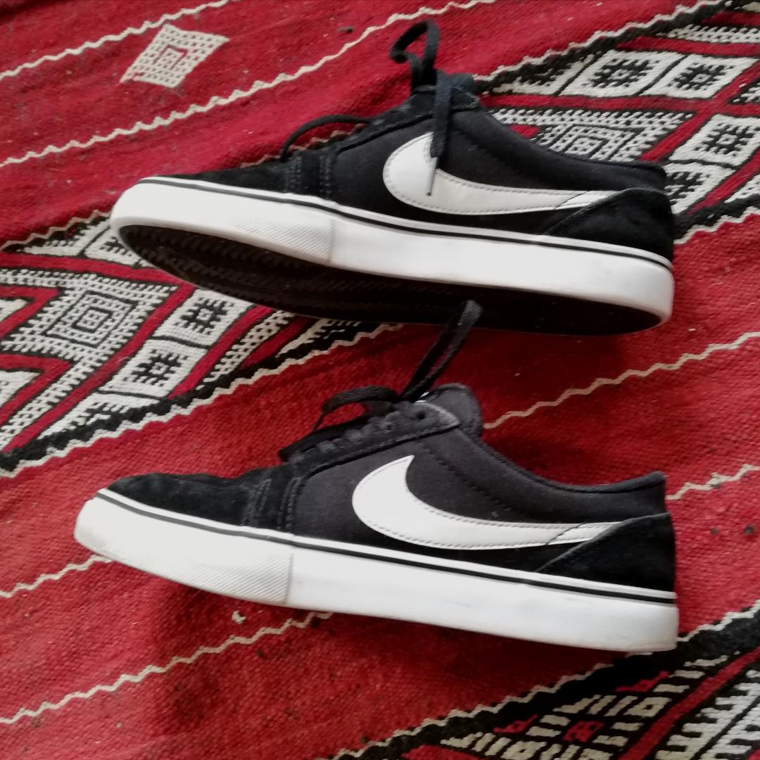 Nike AB skor i Vans stil. Stl 38.5 så passar perfekt på mig som har stl 38. Så snygga passar till allt!! Frakt 63 kr. . Skor.