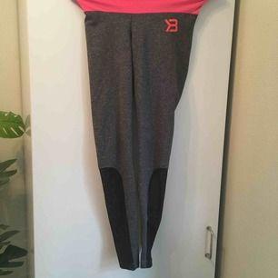 :) Hej varmt välkommen jag säljer här ett par underbara leggings från H&M DIVIDED  i storlek XS postar endast allt jag säljer eftersom jag helt enkelt inte har tid till att mötas upp. Betalning sker via swish. I priset ingår såklart frakten :)