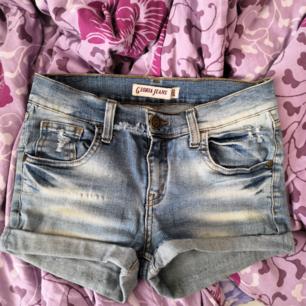 Ett par snygga jeansshorts som är i bra skick, har kommit i användning ett par fåtal gånger.))