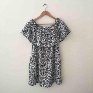 Axellös klänning med mycket fint mönster.   Skickas mot fraktkostnad eller möts vid fridhemsplan
