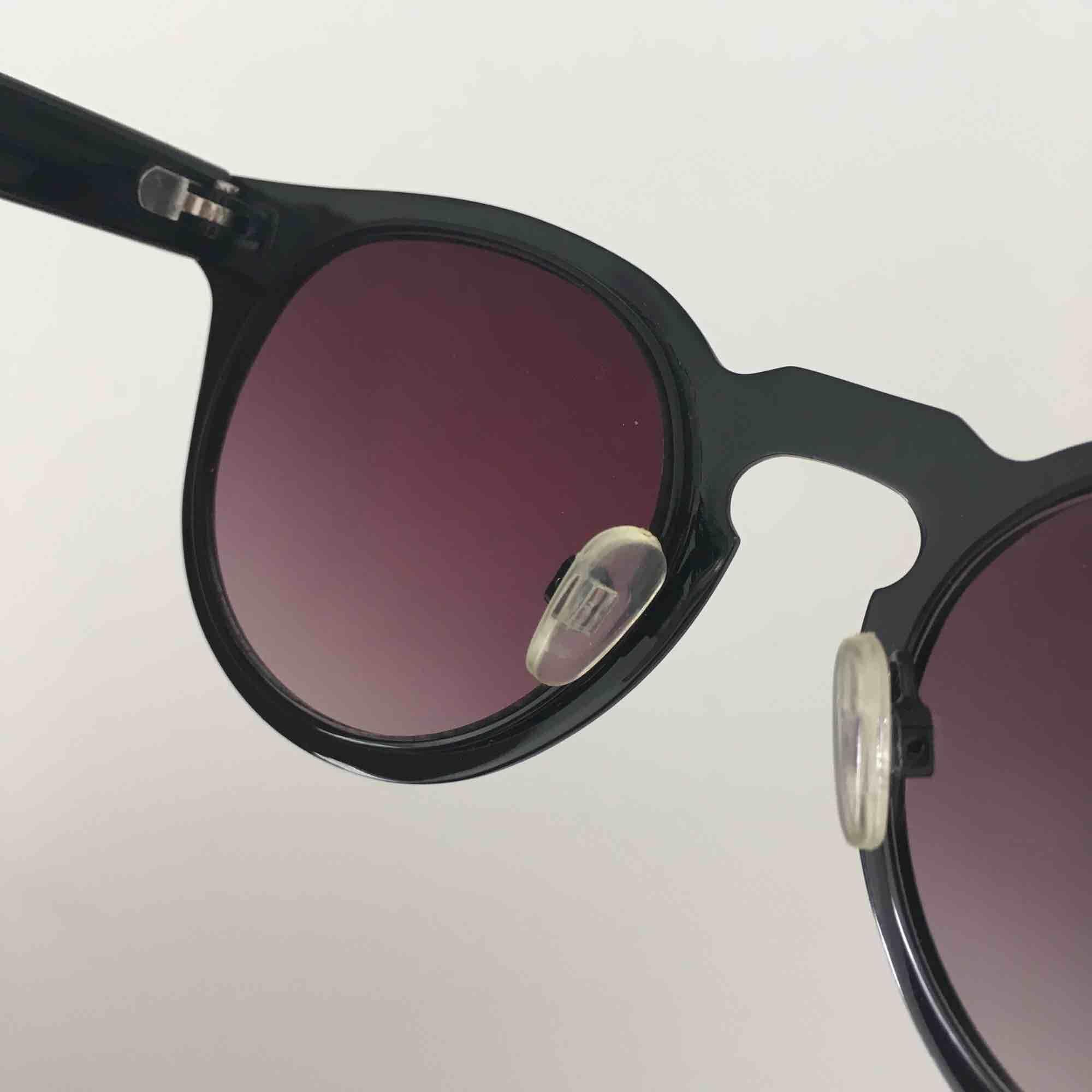 Solglasögon från okänt märke med beige kant. Som nya utan repor på glaset.  Kan skickas mot fraktkostnad eller möta vid Fridhemsplan.. Accessoarer.
