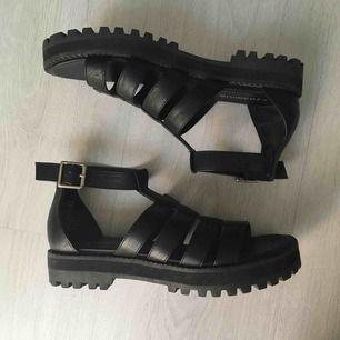 Helt nya, endast testade sandaler med traktorsula.  Kan skickas mot fraktkostnad eller möts vid Fridhemsplan.