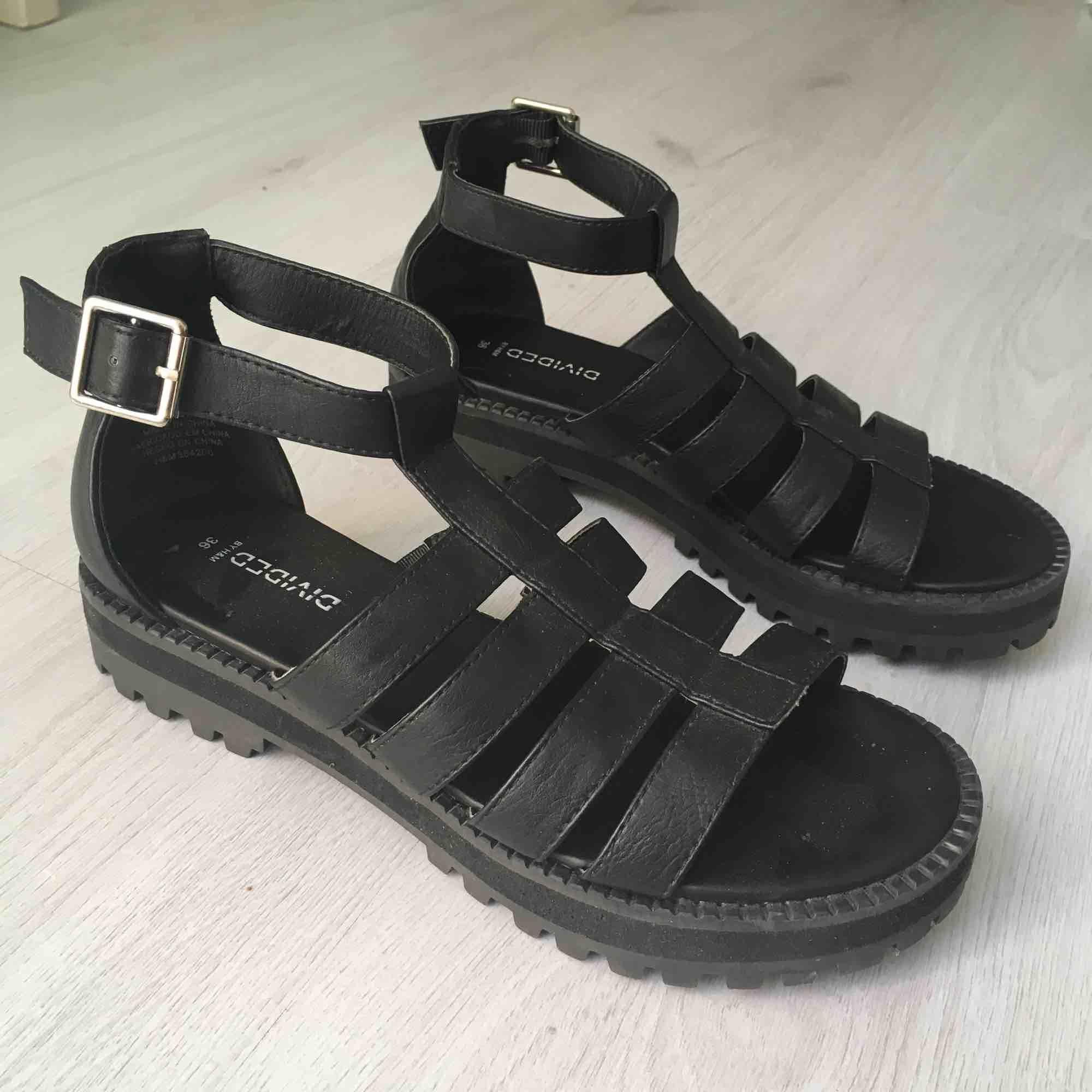 Helt nya, endast testade sandaler med traktorsula.  Kan skickas mot fraktkostnad eller möts vid Fridhemsplan.. Skor.