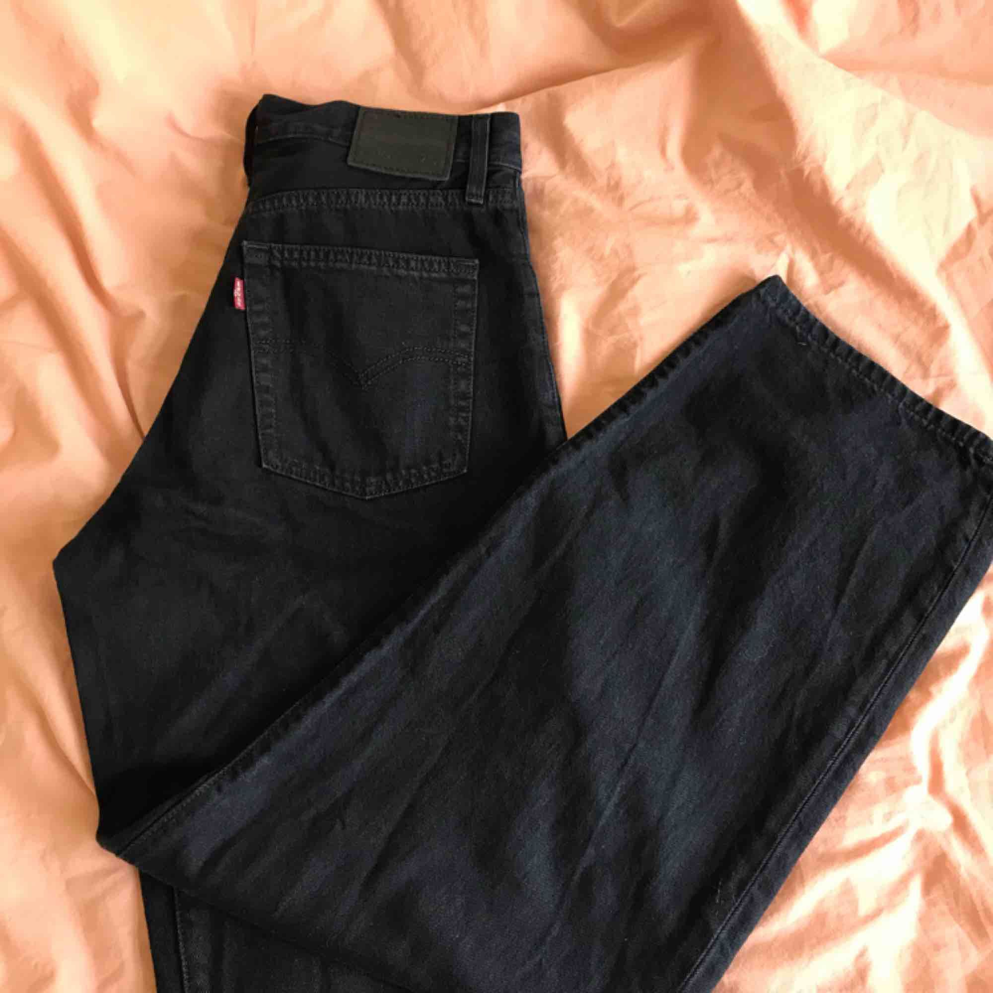 Levis baggy jeans köpta på asos. Använda en gång och tvättade.  Oversize och passar även 27-28!  ♟🎬🎱🕷🎥💣. Jeans & Byxor.