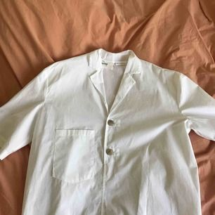 Luftig oversize skjorta med slag från Mango, storlek S. Endast provad!  🦷🦢🥛⏲🧻🧴