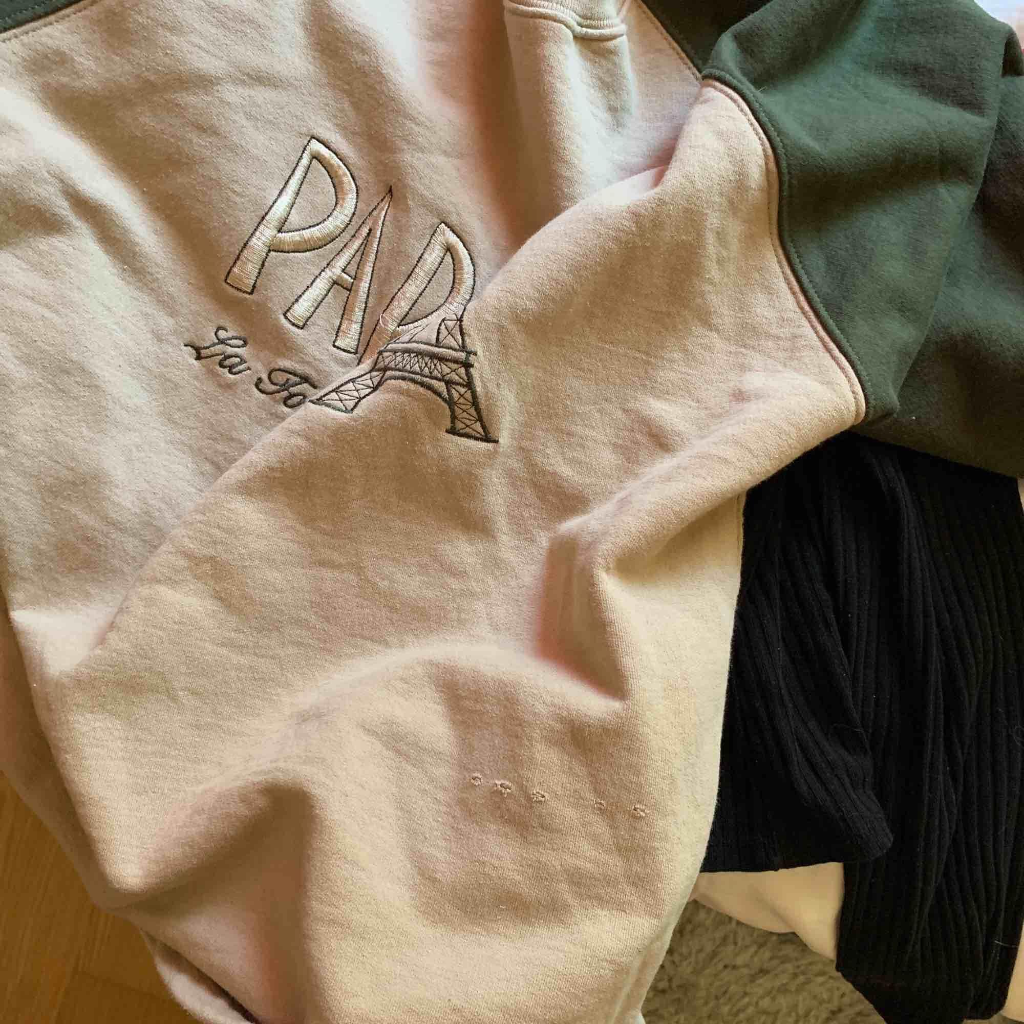 Oversized vintage tröja!! Supermysig inuti, fortfarande mjuk o skön! Jag har använt den en del men inte mycket alls, superfint skick bortsett från ett par hål som inte märks haha! Frakt ca 35 kr men kan även mötas upp i centrala uppsala🤩. Tröjor & Koftor.