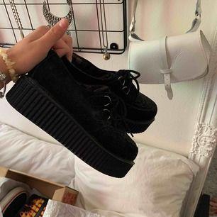 Säljer dessa as balla platå skor då jag växt ur dem, de är sköna o väger ingenting lol, frakten ligger på 63kr😎men kan även mötas upp i centrala Uppsala, kram🧡