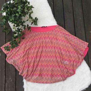 Topp/tröja från Lindex i storlek S. Använt ett fåtal gånger.  Köparen står för frakten, eventuellt möts upp i Vimmerby