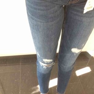 Håliga Jeans från Zara, köpta för 349kr men säljer för 150kr pga av att dem sitter för tighta för min smak, passar för dem med storlek 34 och 36 alltså XS,S Kan mötas upp i Uppsala, annars betalar köparen för frakt