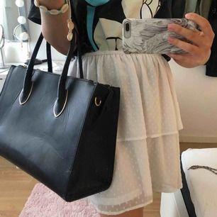 """Jättenice väska, får plats med mycket verkligen! Gulddetaljer, lite """"skrynklig"""" annars i SUPER skick 🤩🤩 pris går att diskutera!!!!"""