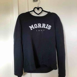 En äkta Morris sweatshirt i marinblå färg, ny pris är 1000kr. Säljer den för att jag har en ny likadan. Använd max 10 ggr, köparen står för frakt