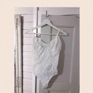 En söt body i vit spets från bikbok! Oanvänd🌼 Frakt tillkommer