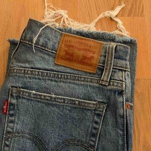 Sjukt snygga Levis-jeans i storleken 26. Använda men i bra skick. Ljusblå färg. Tar emot bud!