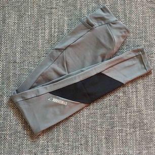 Gymshark asymmetric tights/leggings. Storlek S (normala i storlek). Endast provade/använda en gång.