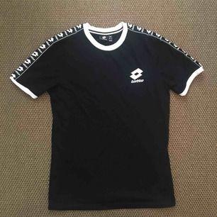 T-shirt från Lotto i storlek XS/S (herr) , köpt på Zalando. Nyskick.