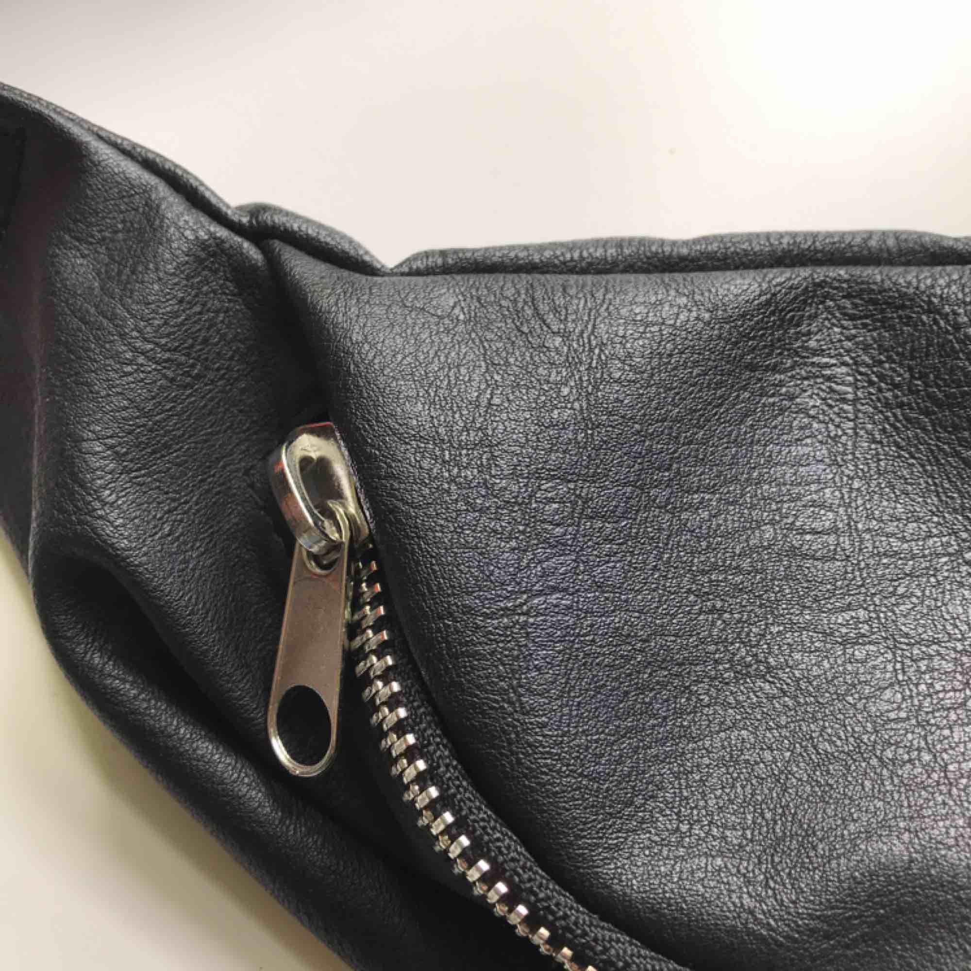 Axelremsväska/ magväska. Supersnygg väska! Den är gjord av någon slags läder/skinn material , såklart inte äkta! Har en liten ficka inuti själva väskan och axelremmen kan du justera och ändra👍🏻 frakt tillkommer om det behövs!. Väskor.