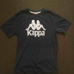 Tshirt från Kappa i storlek Small, köpt från Zalando. Nyskick.