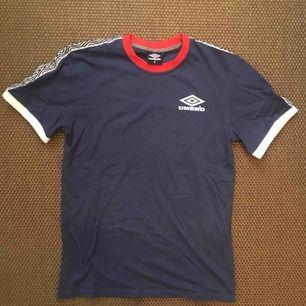 Tshirt från Umbro i storlek Small, köpt på Zalando. Nyskick.