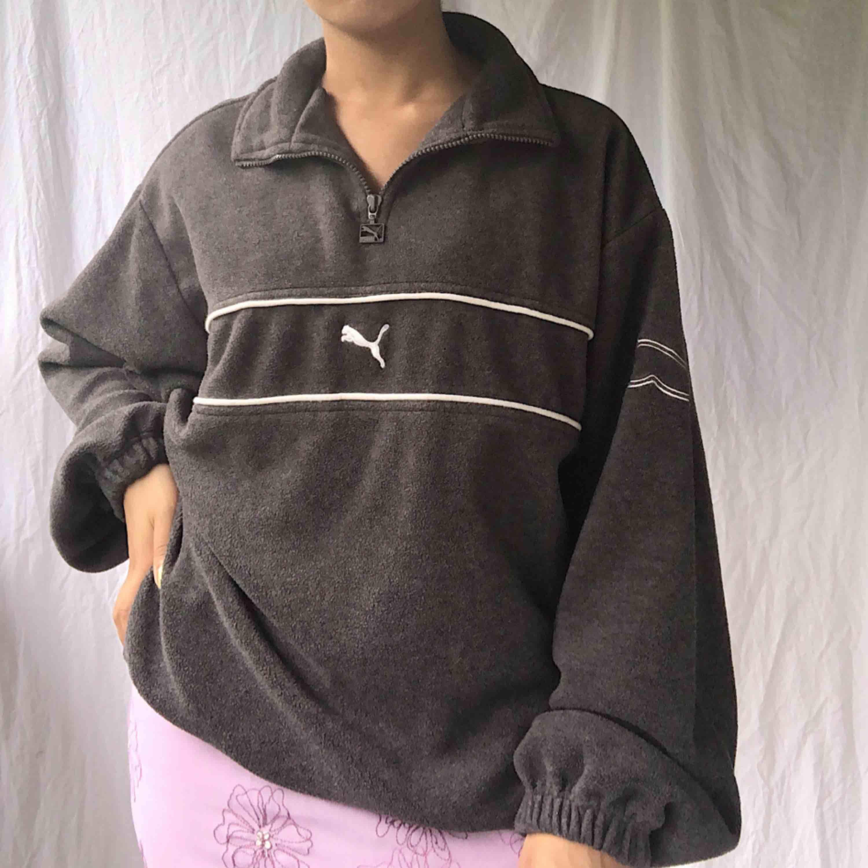 Puma fleecetröja! Väldigt skön och har en oversize fit☀️ köparen står för frakten☀️ fast pris, svarar ej på prutningar ☀️. Huvtröjor & Träningströjor.