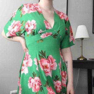 Blommig klänning, använd 5 gånger! Köparen står för frakt!