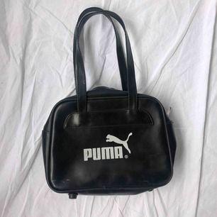 Liten söt Puma väska☀️ normalt secondhand skick☀️ köparen står för frakten☀️ fast pris, svarar ej på prutningar ☀️