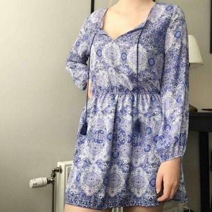 Mänstrad klänning med tassels, använd 2 gånger! Köparen står för frakt!