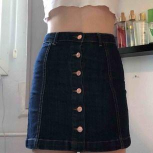 Mörkblå jeanskjol i storlek 36🦋💕Knappt använd så de är väldigt bra skick! Frakt tillkommer💕
