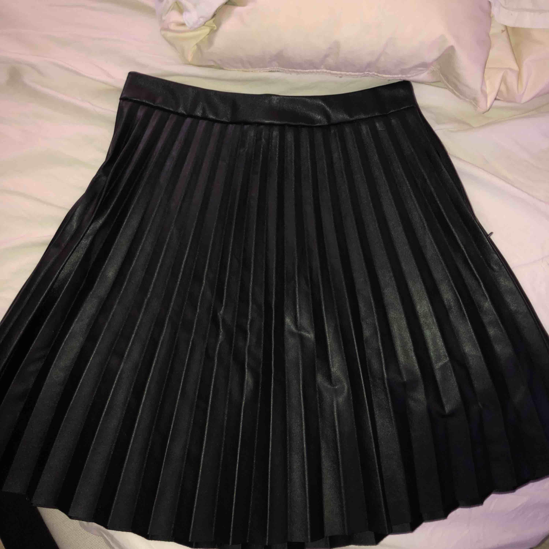 Super fin plisserad kjol i läder/skinn imitation⭐️ använd en gång💕 skriv för fler bilder. Kjolar.