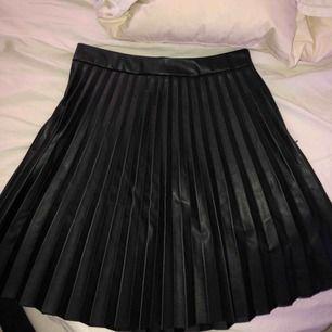 Super fin plisserad kjol i läder/skinn imitation⭐️ använd en gång💕 skriv för fler bilder