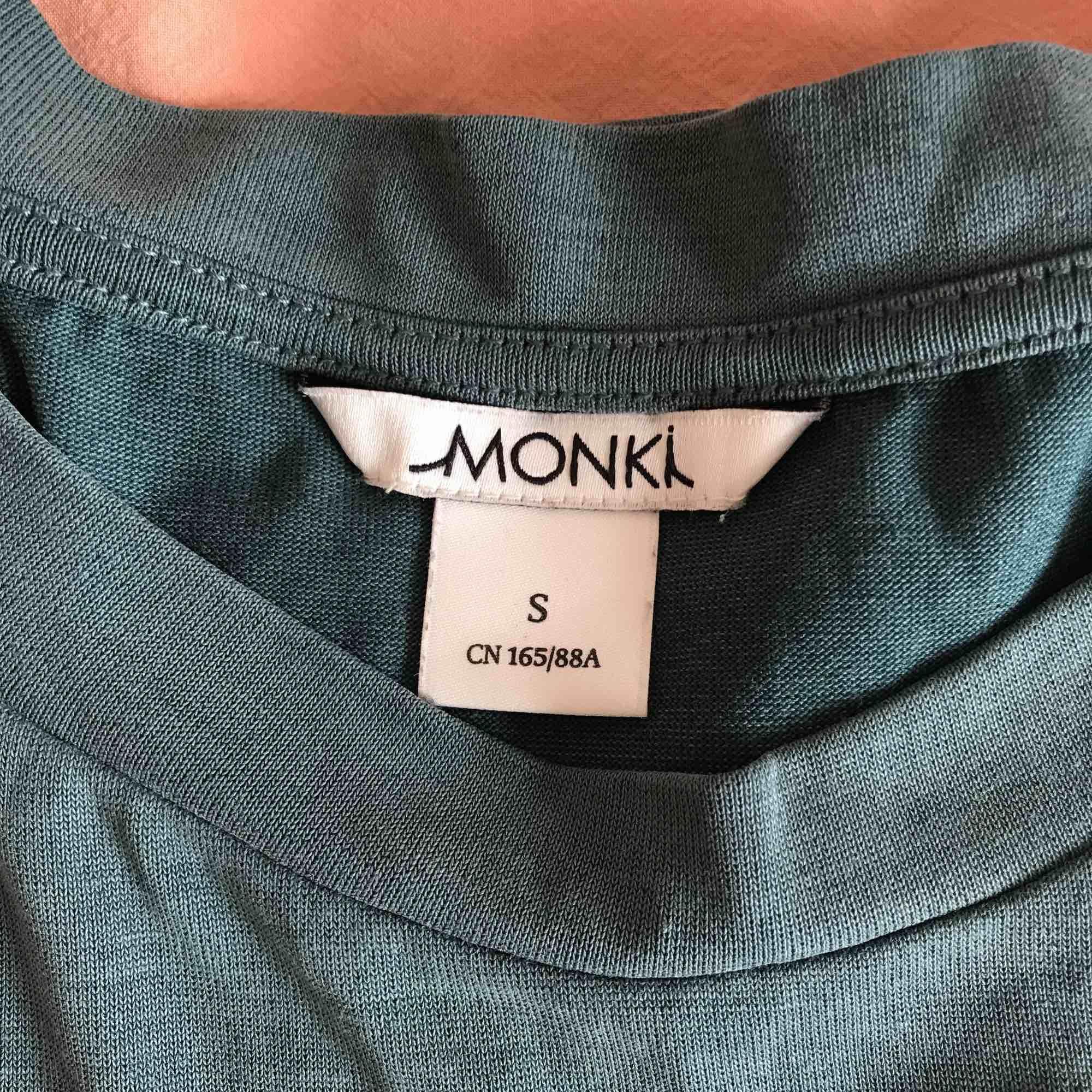 Petrolgrön tisha från monki, storlek s! Supermjuk och härli  🧤👗🧼🦚. T-shirts.