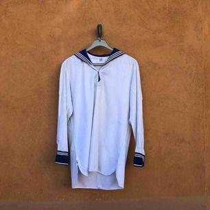 Vintage sjömansskjorta i storlek 42 på lappen. Sitter som en något liten large. Vintage och väl använd så några mindre fläckar på rygg samt slitage mm finns. fläckar  kanske går bort om man skrubbar. Trots detta trevligt vintage skick