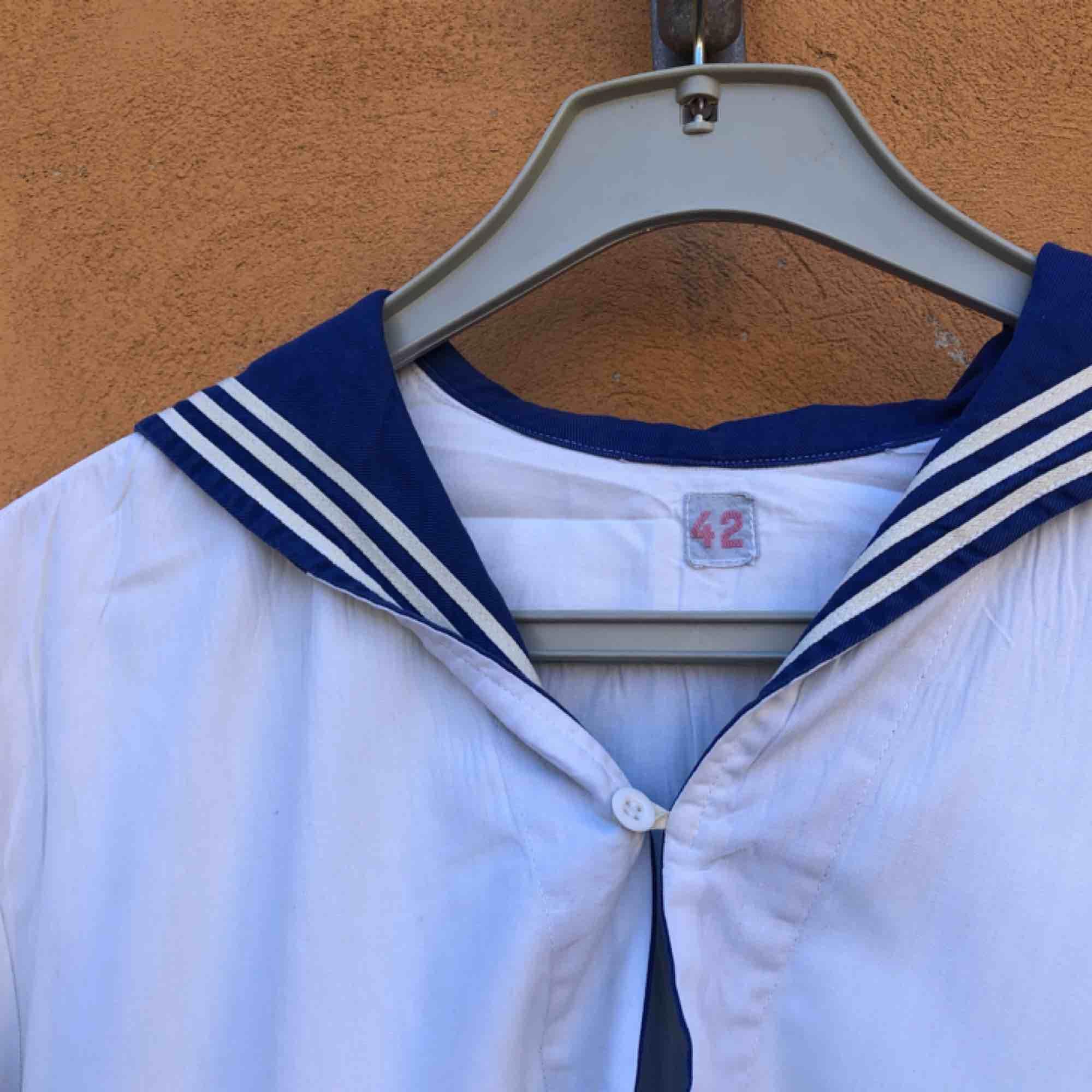 Vintage sjömansskjorta i storlek 42 på lappen. Sitter som en något liten large. Vintage och väl använd så några mindre fläckar på rygg samt slitage mm finns. fläckar  kanske går bort om man skrubbar. Trots detta trevligt vintage skick. Skjortor.