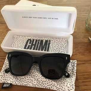 Säljer ett par helt nya Chimi solglasögon i modellen 005, säljer dem pga att de inte passar på nig :(  ny pris var ca 999kr :) Finns i Falun men kan skickas mot fraktkostnad