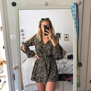 Jättefin och speciell klänning köpt för 299kr med prislapp kvar. (Kontakta för bildbevis) Jag har på bilden stylat klänningen med ett vanligt skärp men funkar även utan. (Obs! Om du köper klänningen får du ej med skärpet) 😊