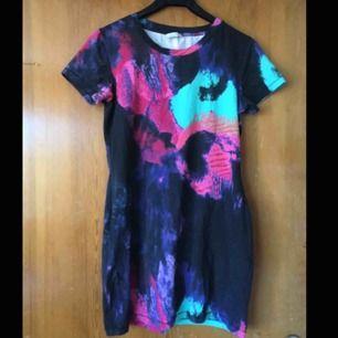 T-shirt aktig klänning från Monki, lappen är bortklippt men den är storlek S skulle jag tro. Frakt tillkommer :)