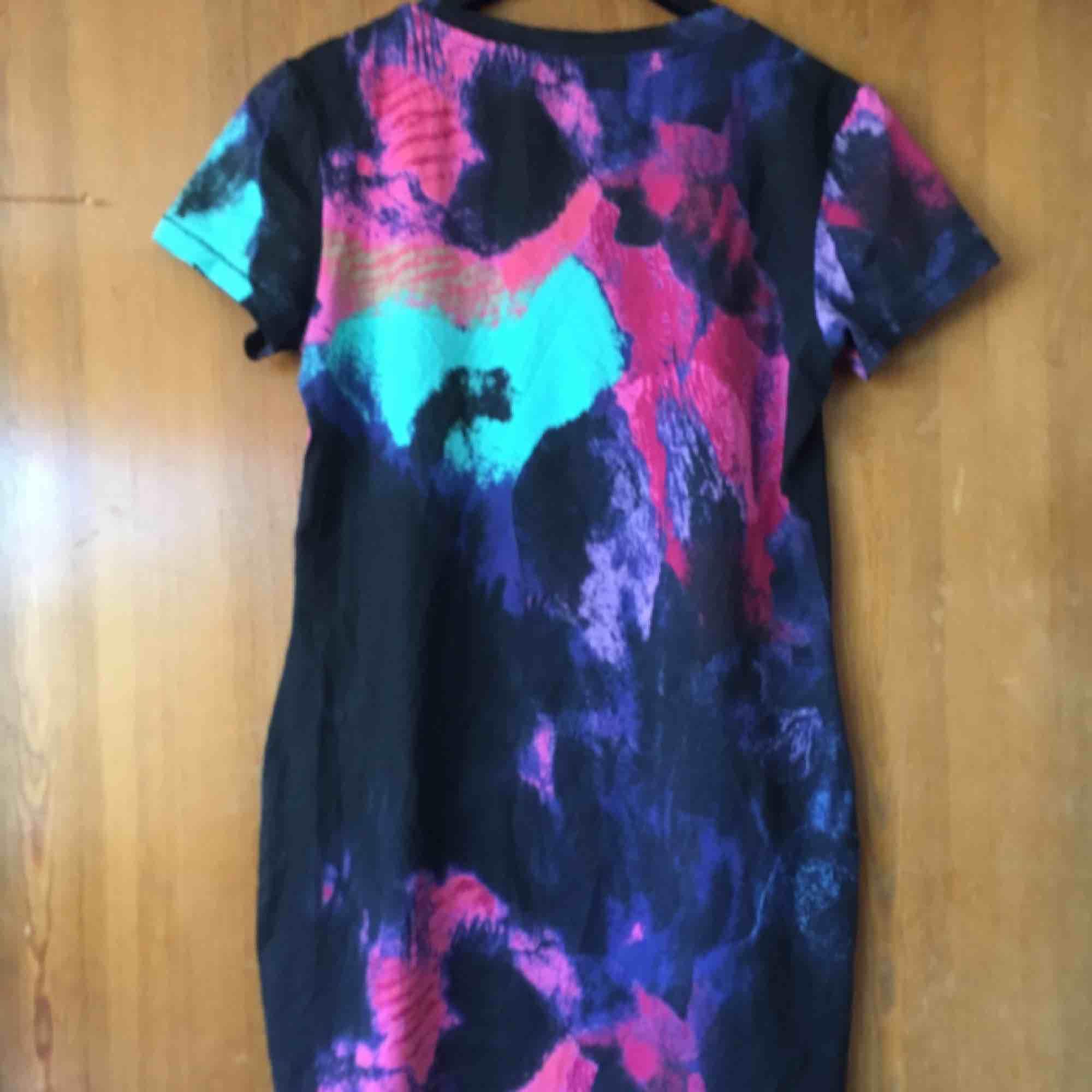 T-shirt aktig klänning från Monki, lappen är bortklippt men den är storlek S skulle jag tro. Frakt tillkommer :). Klänningar.