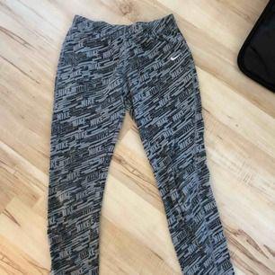 Skitsnygga och sköna leggings från Nike. Jag är en XS och de passar bra för mig, men det står 146/152.