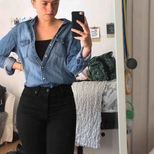 Jeansskjorta köpt för cirka 300kr😊 På bilden har jag stylat skjortan, men man kan även ha den precis som en vanlig skjorta💓